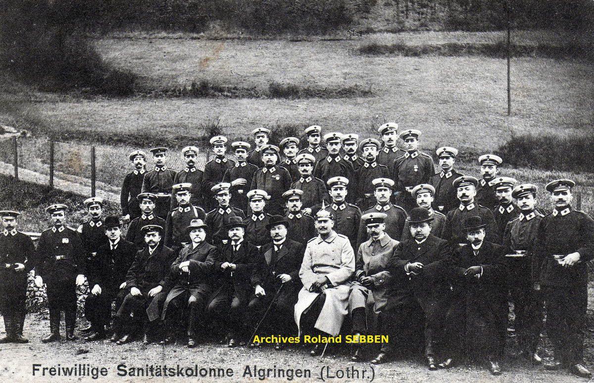 Colonne sanitaire allemande à Algrange en 1916 et Baraquements en 1916-1917 à Algrange. Au fond contre le mur un panneau indicateur ALGRINGEN