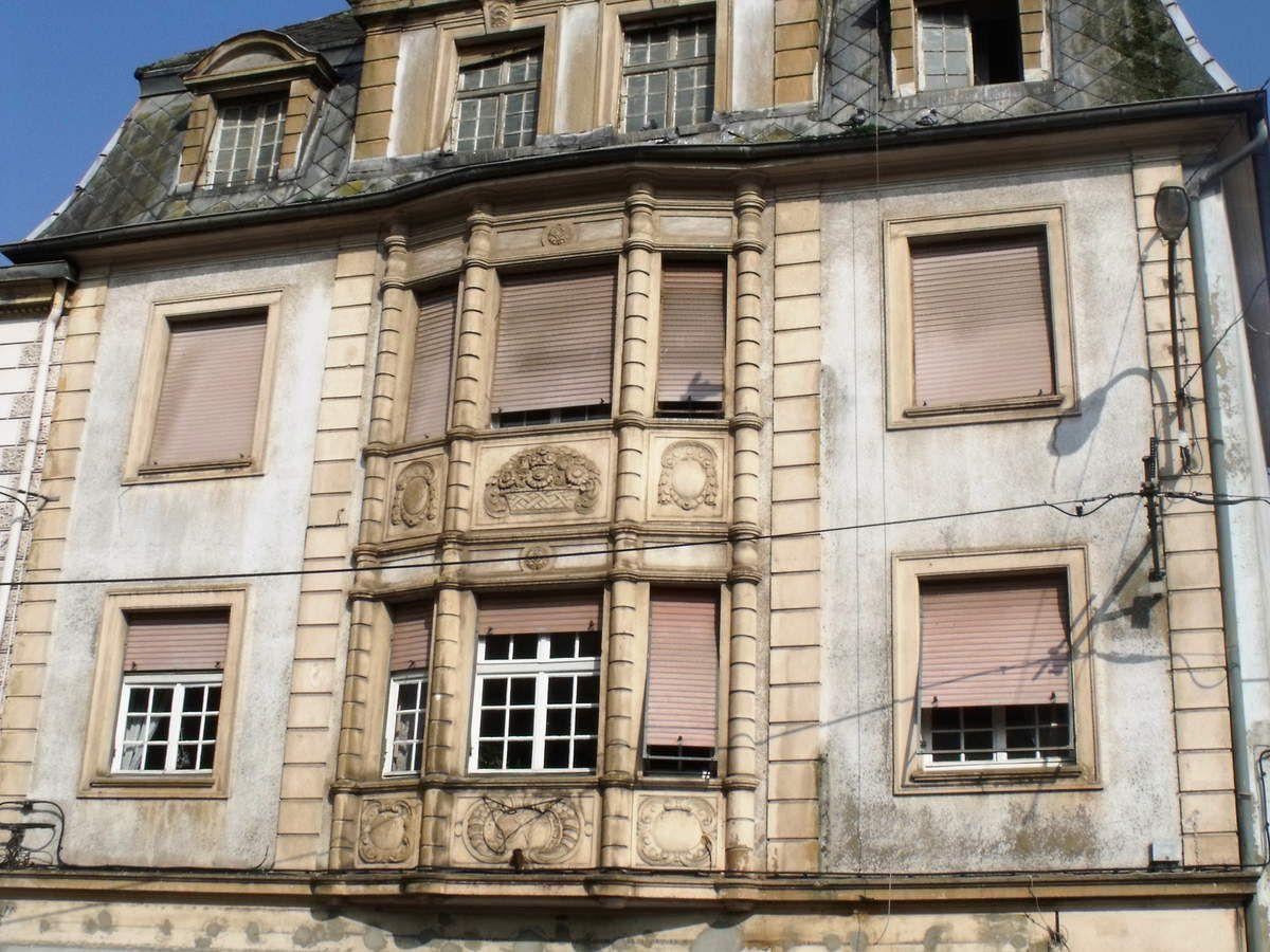 N° 8 rue saint Jean à Algrange - Mercerie - Tissus d'ameublement - Habillement - Marchand de vins - Habitation
