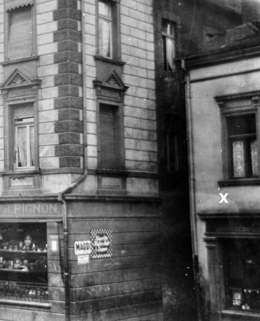 Ici, sur cette photo, la maison avec le magasin, au début du siècle dernier, à côté de la boulangerie PIGNON.....