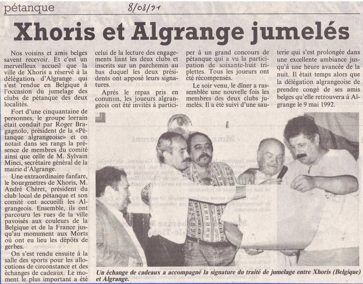 La municipalité, les membres du club de Xhoris et le club algrangeois posant avec les cadeaux et les parchemins liant les deux clubs...
