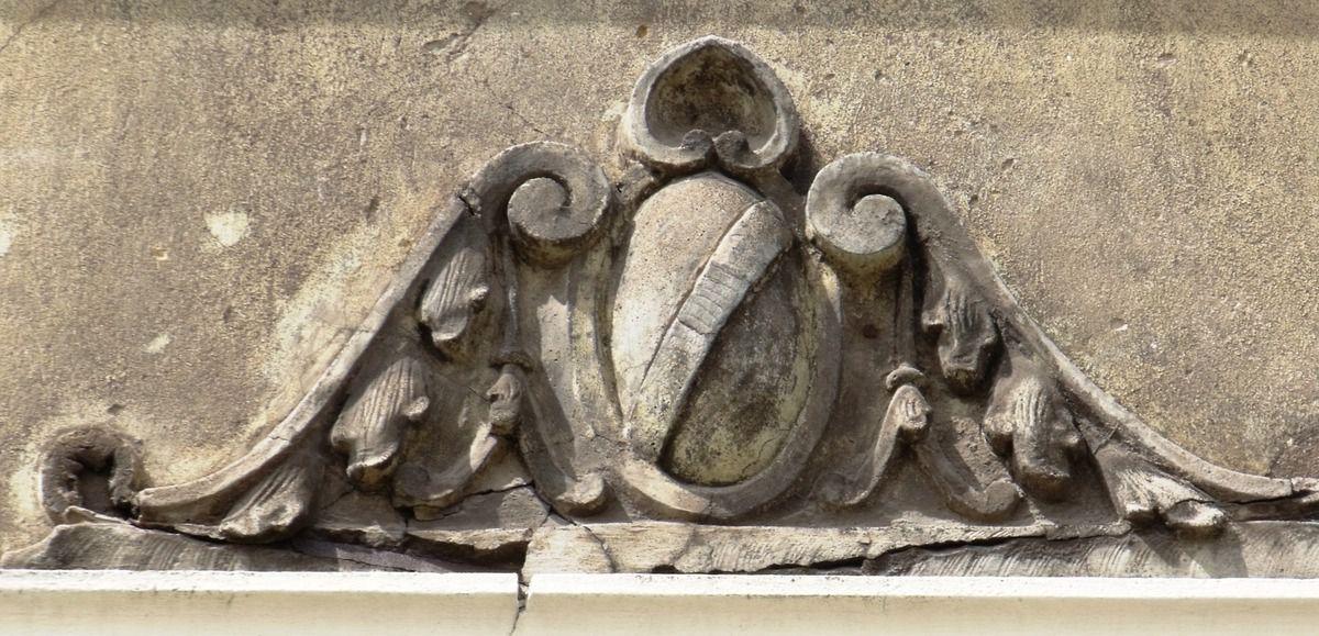 Motif au-dessus des fenêtres du 1er étage (un motif a déjà disparu)