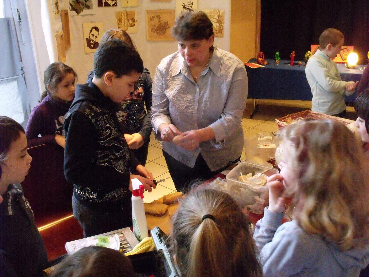 Sandrine et Yves BILLON-LAROUTE expliquent l'art aux élèves d'Algrange en 2012