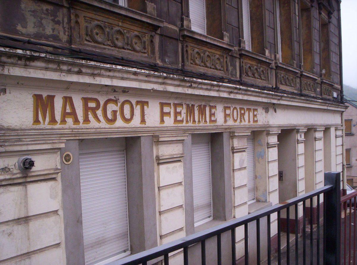 N° 99 rue Clemenceau à Algrange - Bazar - Tabac - Lingerie - Tailleur - Pressing - Habitations