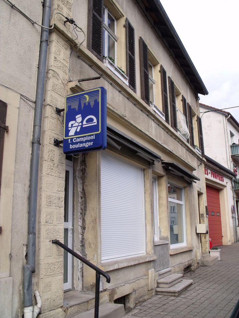 N° 12 et n° 14 rue Jean Burger à Algrange - Epicerie - Coiffeur - Jouets-Bazar - Boulangerie - Dentiste