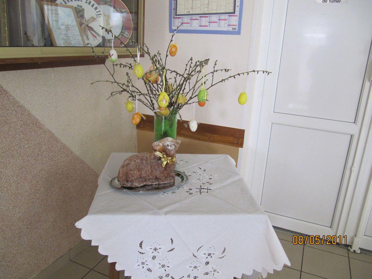 A l'entrée du foyer l'agneau pascal et des oeufs décorés montrent l'ambiance de Pâques
