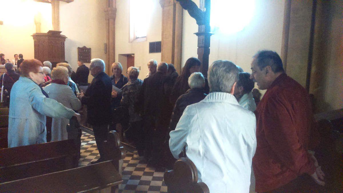 C'est la fin du culte, au fond à gauche les parrains et marraines signent le registre