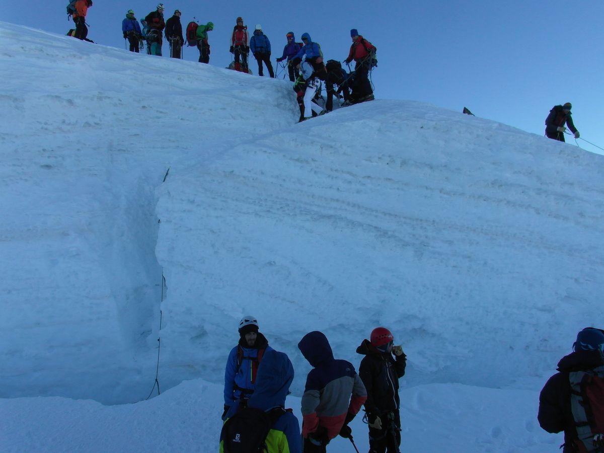 Une grosse crevasse 150m sous le sommet. Ca bouchonne. Quentin a le mal des montagnes. Je redescends avec lui.