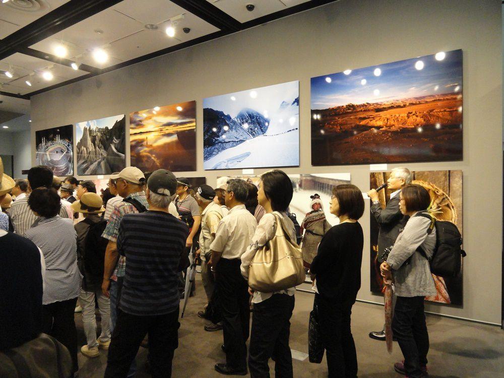 """Inauguration de l'exposition """"From beyond the horizon - A documentary of Land and People"""", en présence du photographe Kazuyoshi Nomachi (sur la droite)"""