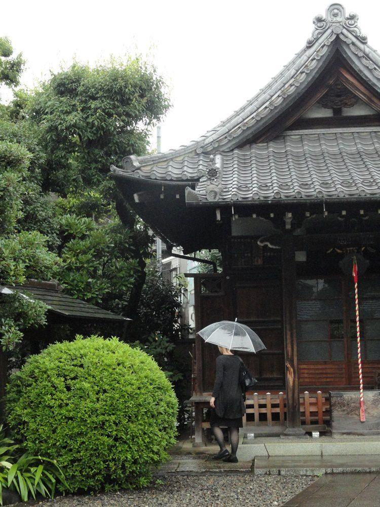 Moments de calme au Kyoō-ji qui accueille, comme de nombreux autres temples du coin, un petit cimetière dans son enceinte