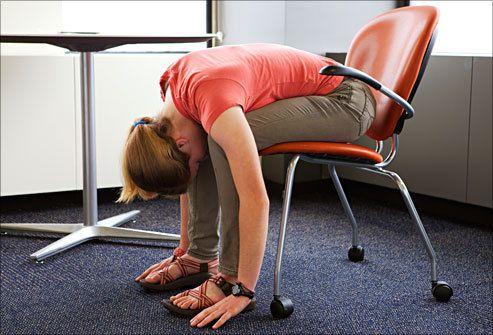 Pause Yoga au bureau... Utiliser le matériel autour de soi... et garder sa bonne humeur!