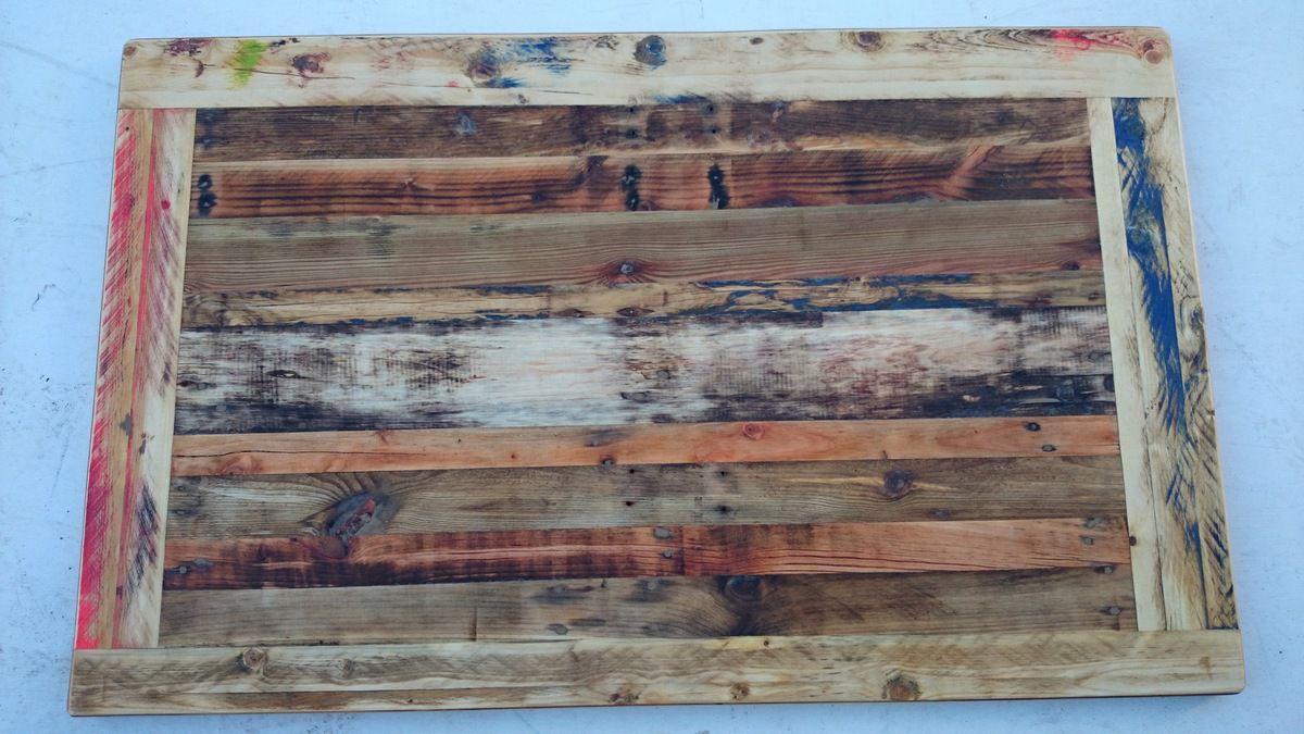 Un plateau de table en bois recyclé personnalisé c'est quand les lignes droites ne sont ni complètement rectilignes, ni vraiment courbes.