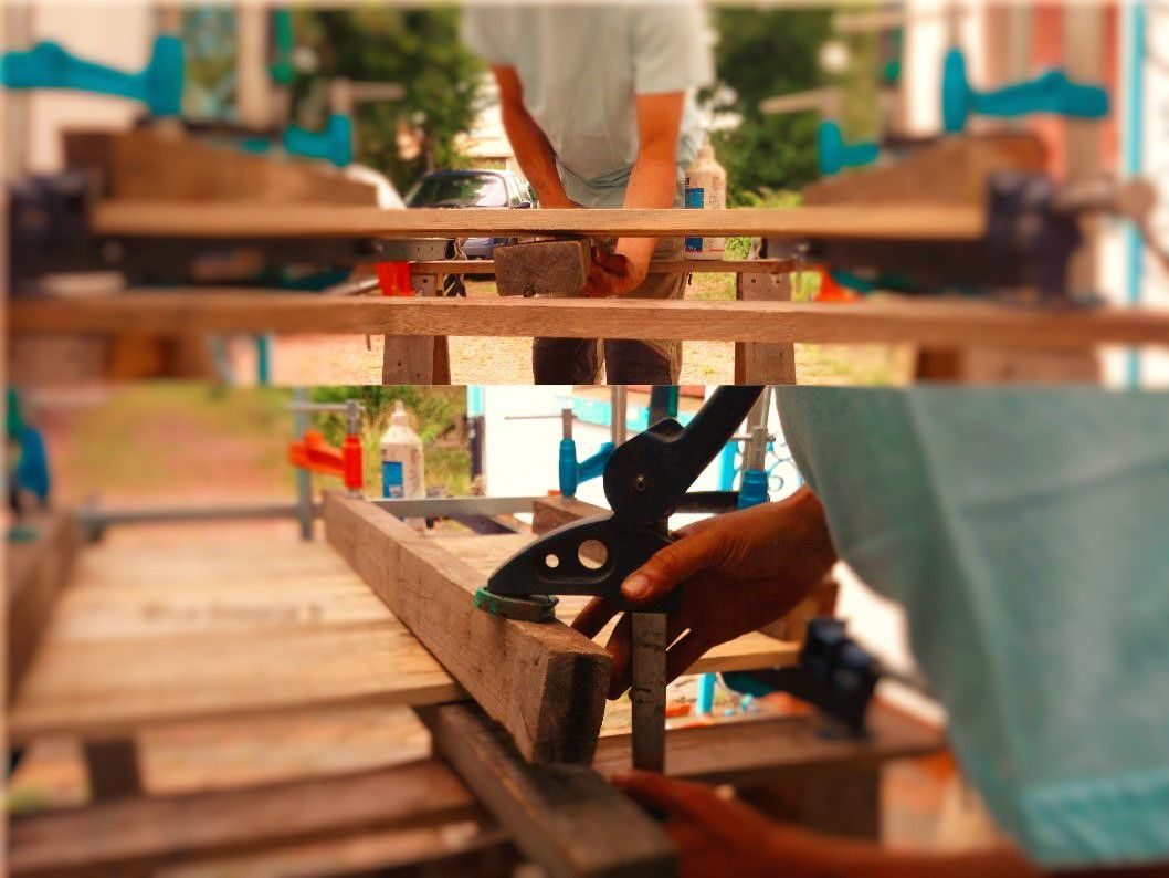 En images : assemblage de plateaux de tables en bois recyclé