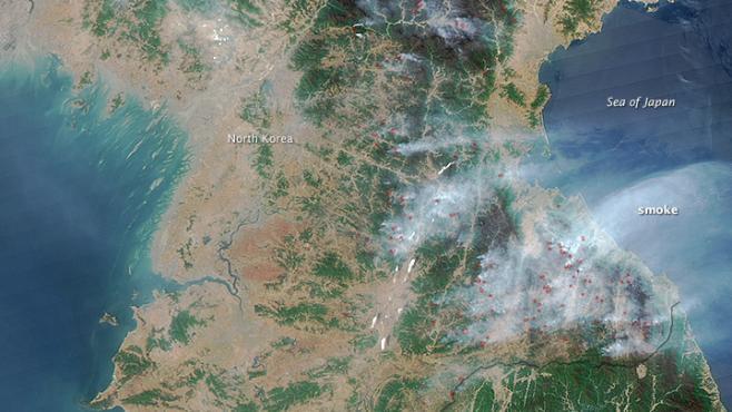 Images satellitaires de dizaines de feux de forêt dans l'Est de la Corée