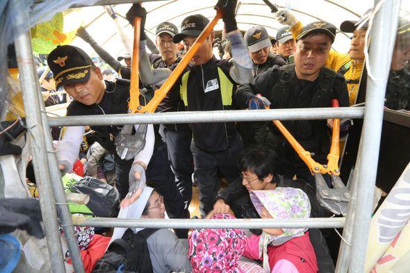 Les contestataires de Miryang ont été délogés de force par la police le 11 juin 2014