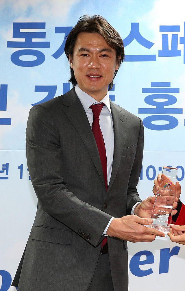 L'entraîneur Hong Myung-bo, 136 sélections nationales, 4 participations en coupe du monde (1990, 1994, 1998 et 2002)