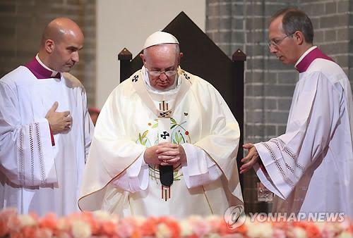Le Pape François célèbre la messe spéciale pour la paix et la réconciliation à la cathédrale de Myeongdong, à Séoul, le 18 août 2014
