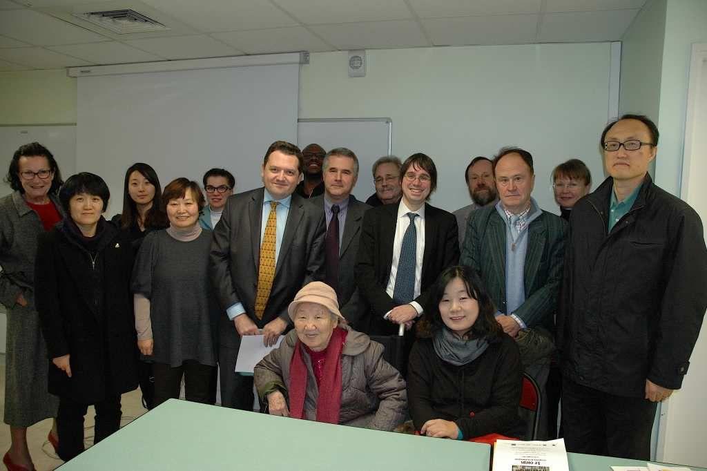 Madame Kil Won-ok entourée de la délégation du Conseil coréen et des membres de l'Association d'amitié franco-coréenne, le 2 décembre 2014