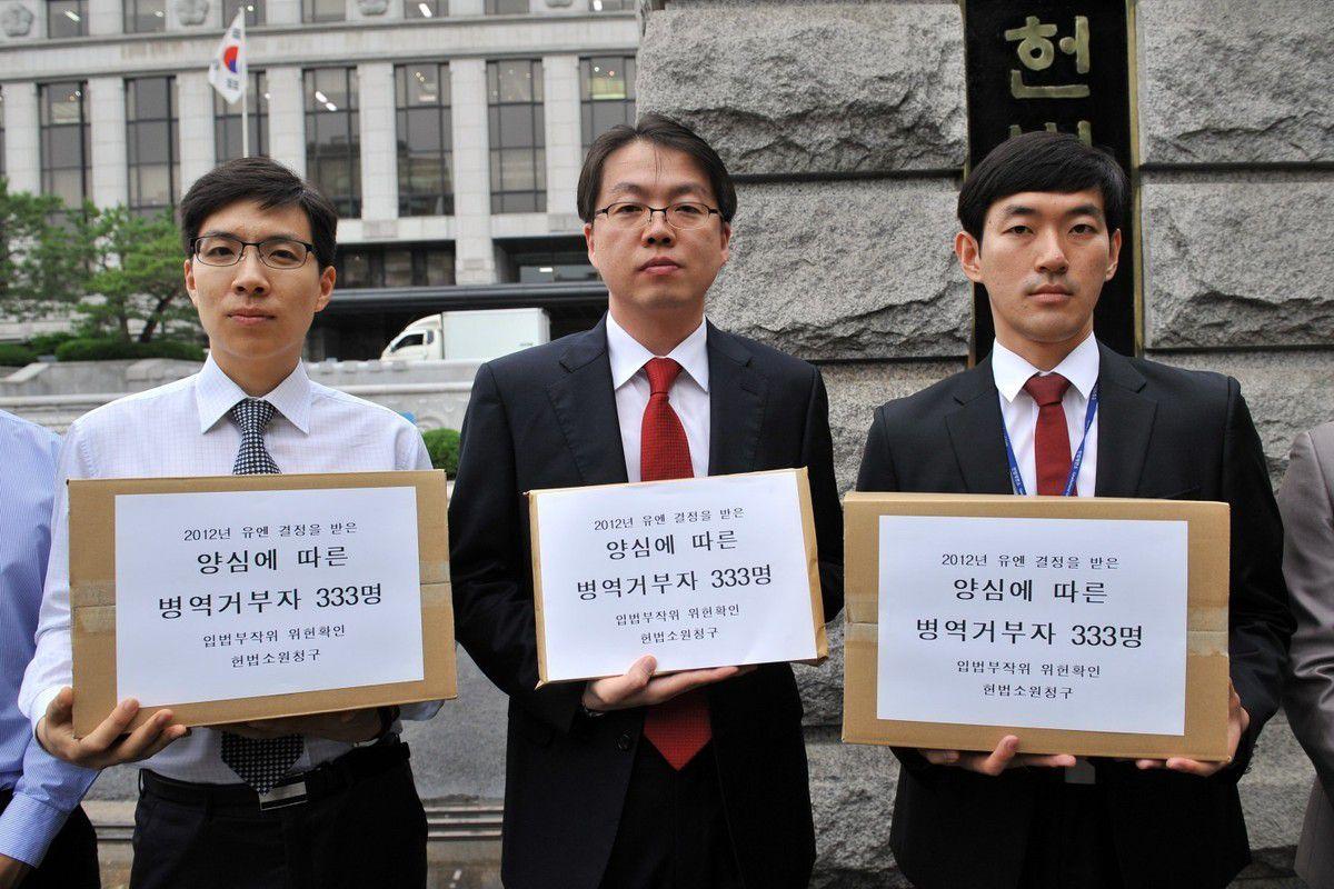 Manifestation de Témoins de Jéhovah devant la Cour constitutionnelle à Séoul en 2012, dans le cadre d'une campagne de pétition pour reconnaître l'objection de conscience. Les Témoins de Jéhovah représentent un nombre important des objecteurs de conscience emprisonnés en Corée du Sud : selon elle, 613 de ses membres sont emprisonnés à ce titre.