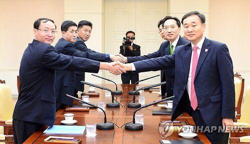 La délégation nord-coréenne (à gauche) et la délégation sud-coréenne (à droite)