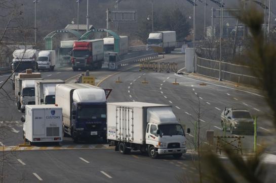 Camions sud-coréens quittant la zone industrielle de Kaesong