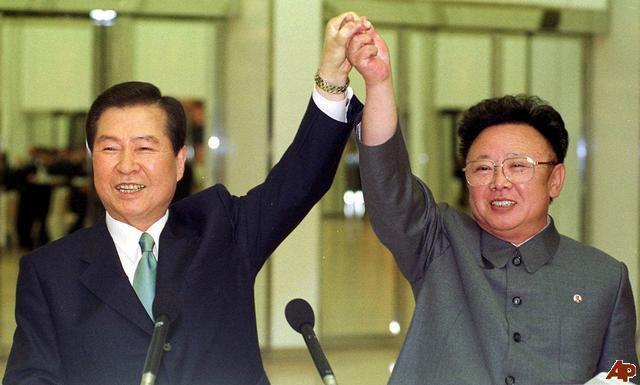 Kim Dae-jung, à gauche, et Kim Jong-il, à droite, lors de leur rencontre au sommet à Pyongyang en juin 2000