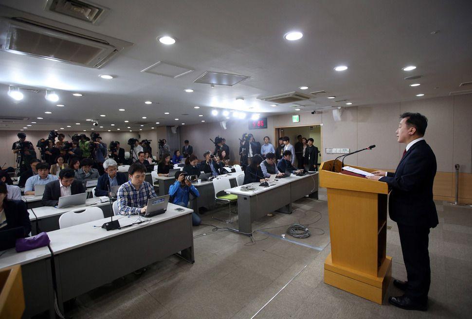 Jeong Joon-hee, porte-parole du ministère de la Réunification de la République de Corée (Corée du Sud), annonçant la défection des 13 Nord-Coréens le 8 avril 2016
