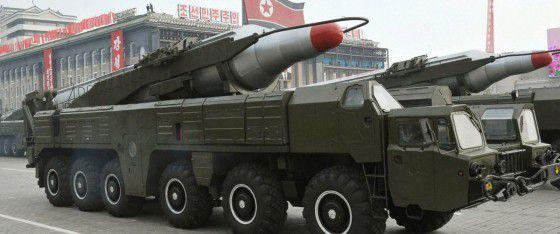 Missile nord-coréen à portée intermédiaire sur son véhicule TEL (tracteur-élévateur-lanceur) pendant une parade militaire à Pyongyang