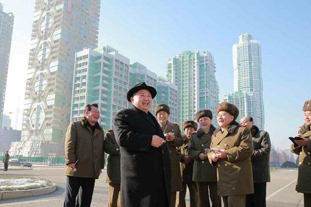 Le Président Kim Jong-un sur le site en construction