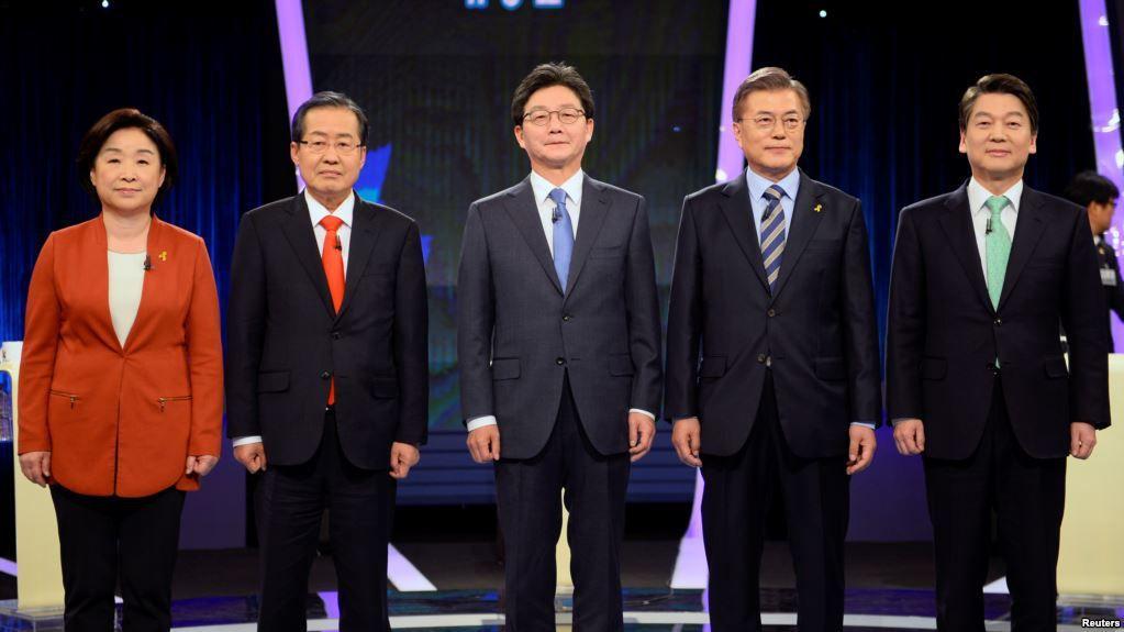 L'affiche du débat télévisé du 19 avril 2017 : de gauche à droite, Sim Sang-jung, Parti de la justice (social-démocrate), Hong Joon-pyo (Parti Liberté Corée, conservateur, majorité présidentielle sortante), Yoo Seung-min (Parti Bareun, conservateur), Moon Jae-in (Parti démocrate, libéral) et Ahn Cheol-soo (Parti du peuple, libéral).