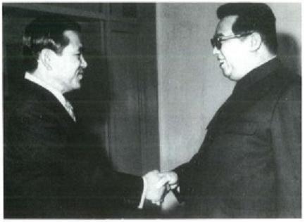 Lee Hu-rak (à gauche) et Kim Il Sung (à droite)