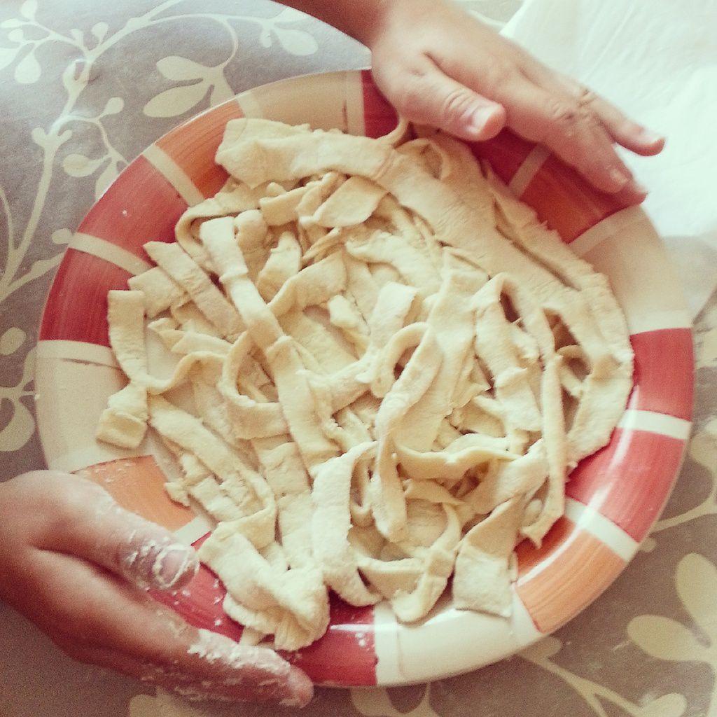 Pates fraîches préparées par mon p'tit bouchon aidée de sa mamie ( rhooo les petites mains!)