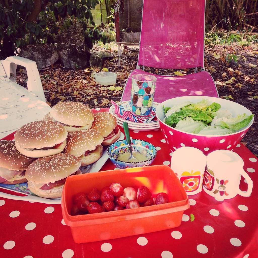 Dînette avec hamburgers maison pour leur faire plaisir! Et de la salade et des fraises pour se donner bonne conscience...