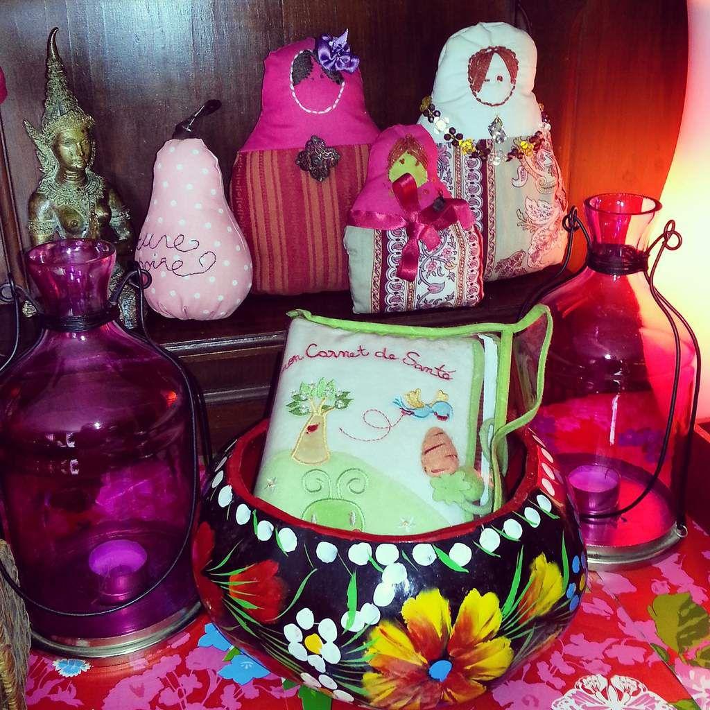 Je mélange les objets qui me tiennent à coeur: les poupées russes cousues par ma mère, les photophores de notre mariage, une coupelle peinte, le carnet de santé de notre fille...