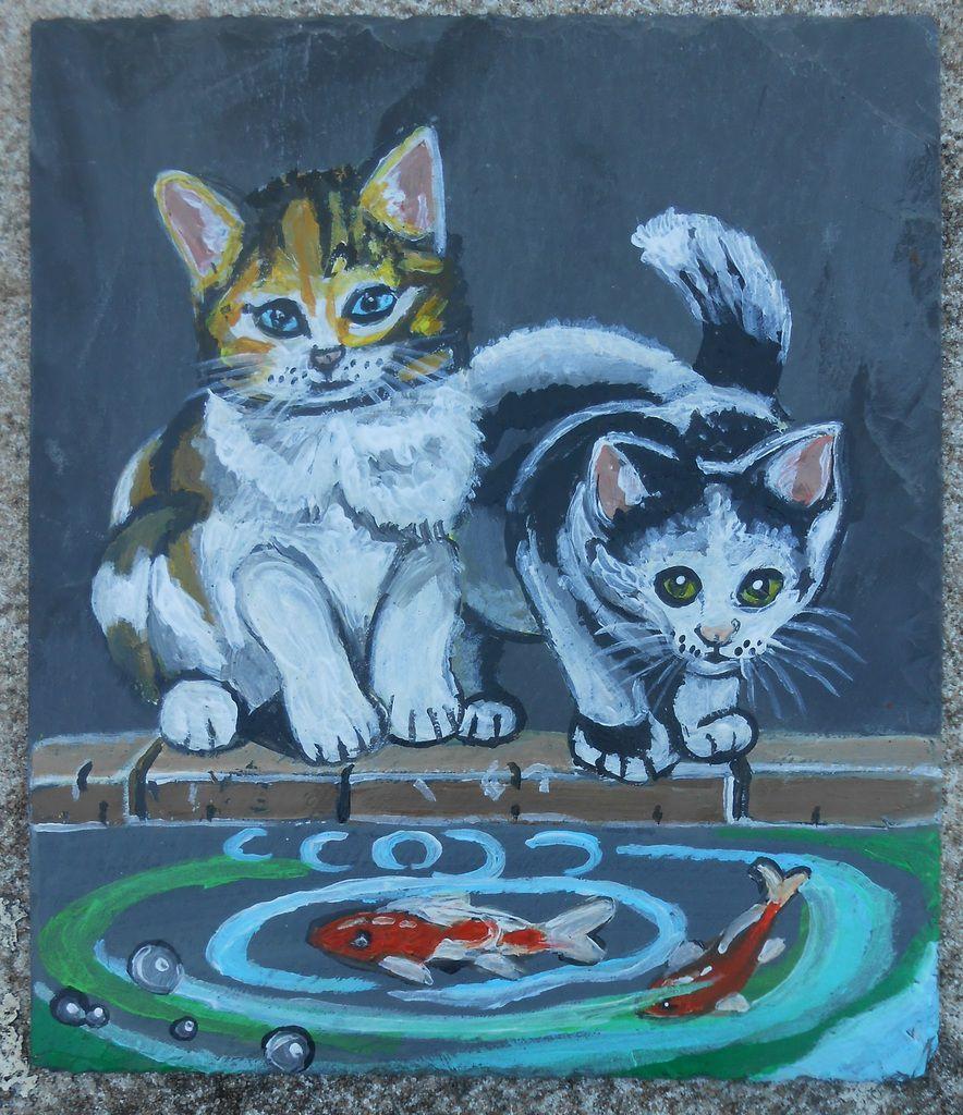 Deux chatons et un bassin à carpes koï