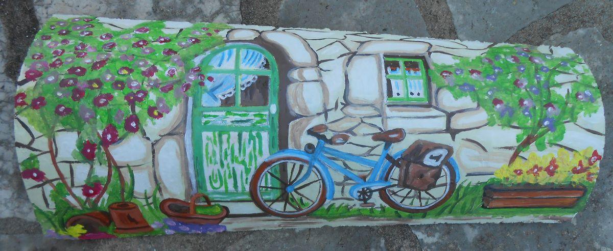 Un vélo contre un mur d'une petite maison