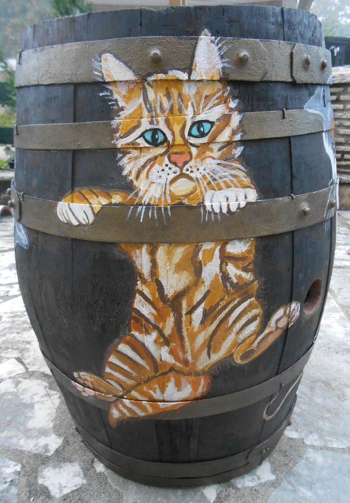 Des chats autour d'une barrique