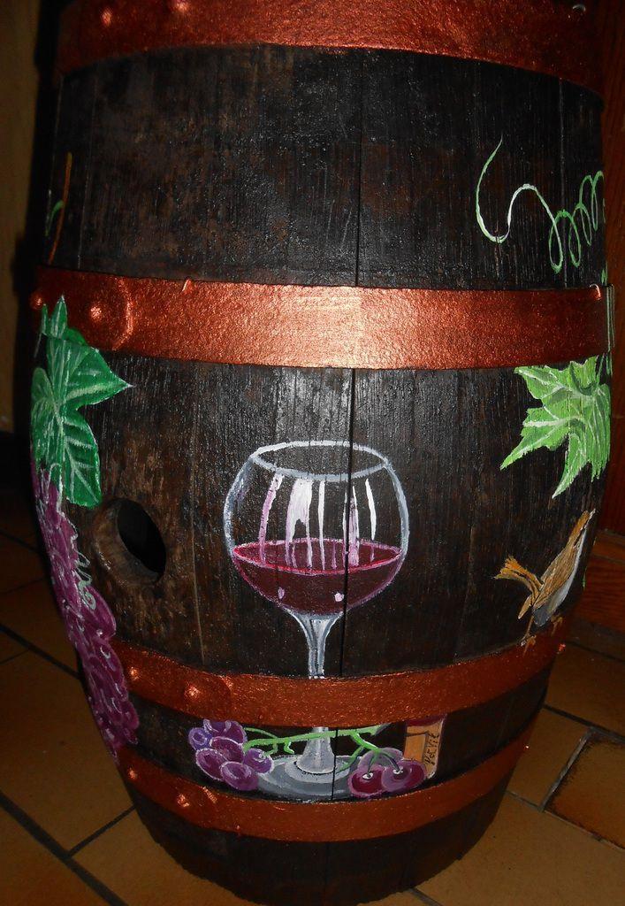 Vignes, raisins, oiseaux, bouteille et verre de vin rouge