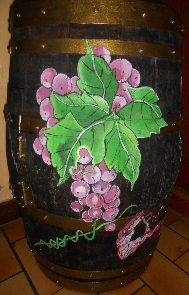 Des grappes de raisin, feuilles, verres, bouchon, jeux de dés