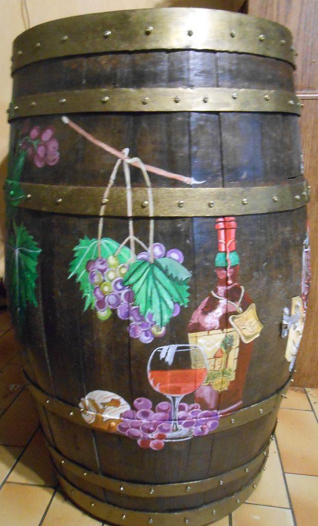 De la vigne, des bouteilles, des verres, etc, avec une main sur la porte