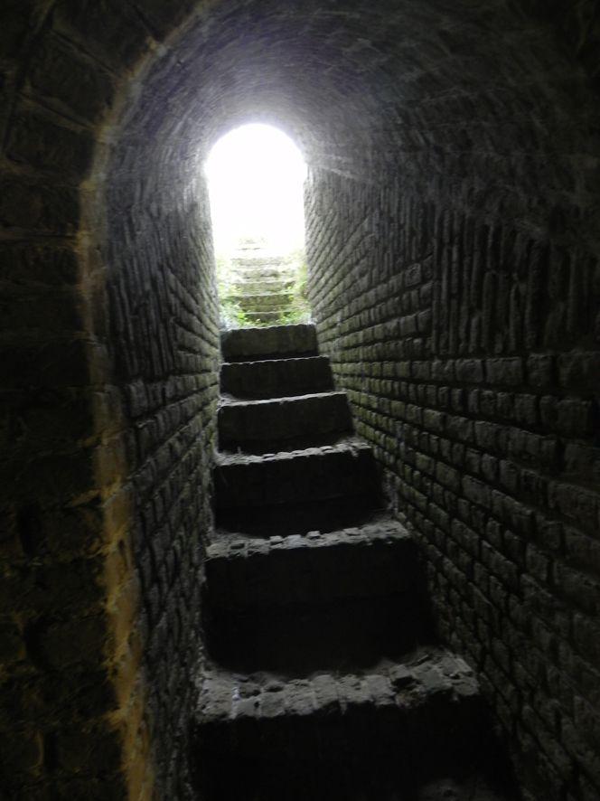 Cet escalier a la particularité d'être en sable avec des contremarches en brique car comme il n'y avait pas de porte, le sable absorbait la pluie et permettait d'éviter une inondation