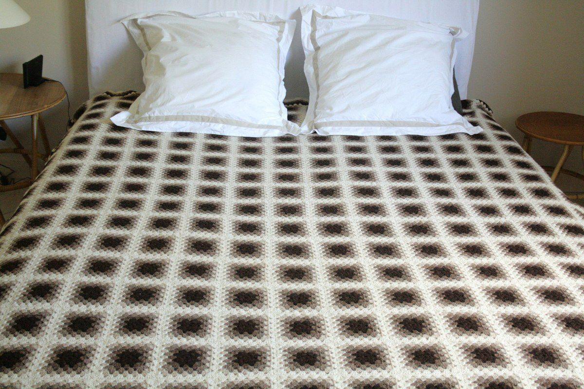 Grand couvre lit au crochet marron et beige Années - Vintage