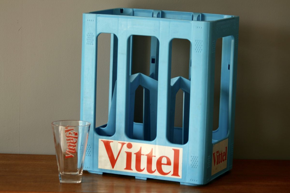 caisse bouteilles vittel en plastique bleu vintage family. Black Bedroom Furniture Sets. Home Design Ideas