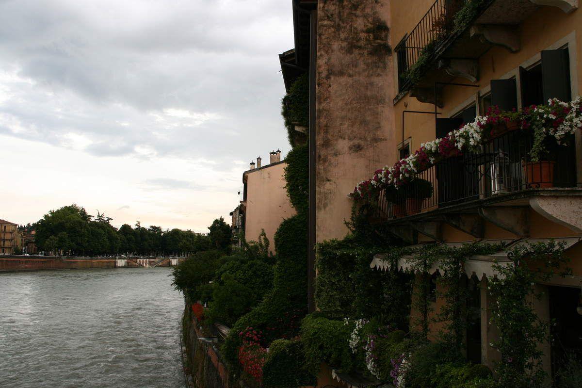 Piazza Delle Erbe et un beau balcon sur les rives de l'Adige.