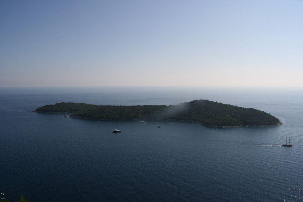 Petite plage tranquille et camping près de Dubrovnik