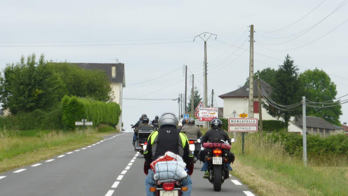 DES MOTARDS CHEVAUCHANTS DES MOTOS