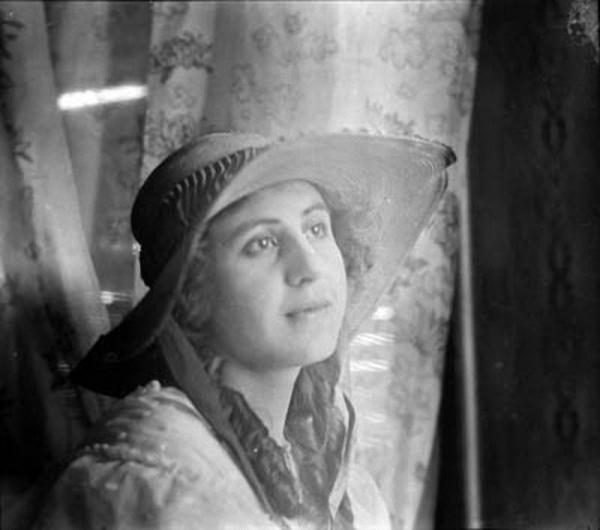 Portrait d'Anita Conti (photo prise dans les années 1910  par un auteur inconnu) - Léon Carcaotchian, né le 5 mai 1870 à Andrinople aujourd'hui Edirne en Turquie), décédé le 18 janvier 1956 à Saint-Michel-sur-Orge Essonne) – Photo prise vers 1950. Docteur en médecine.