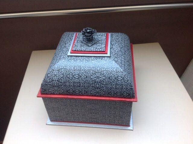 La boîte mansard en rouge et noire
