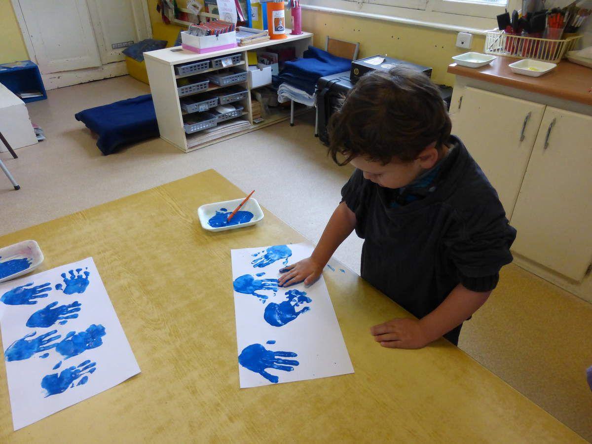 peindre des mains pour faire des pétales de fleurs...