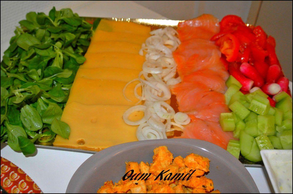 Salade de mâche , fromage , oignons blanc , saumon fumé , concombre , radis & tomates ...