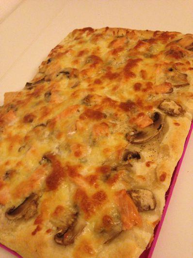 Pizza à pâte épaisse au saumon &amp&#x3B; champignons